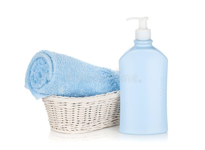 Bouteille de shampooing et serviette bleue photo stock