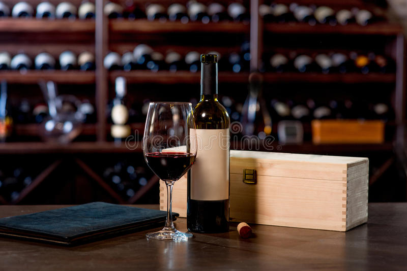 Bouteille de vin avec le verre et menu sur la table photos libres de droits