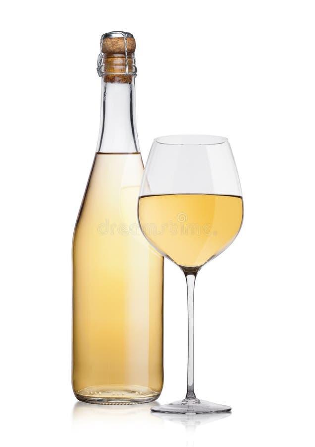 Bouteille de vin blanc et de verre faits maison avec du liège photographie stock