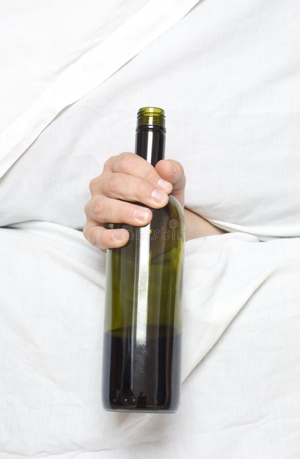 Bouteille de vin dans la main photo libre de droits