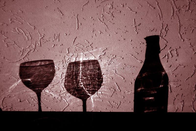 Bouteille de vin et deux verres d'ombre en rouge photo libre de droits
