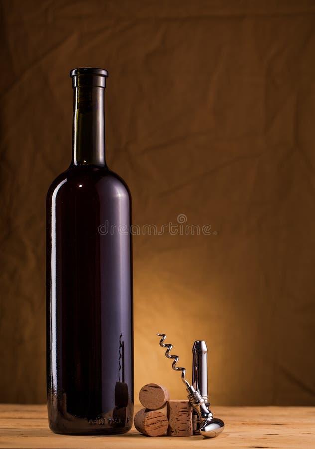 Bouteille de vin et tire-bouchon sur la table image stock