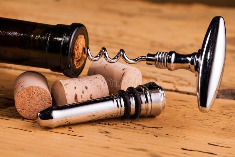 Bouteille de vin et tire-bouchon sur la table photographie stock