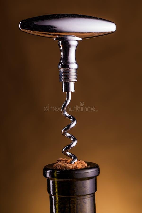 Bouteille de vin et tire-bouchon sur la table photo libre de droits