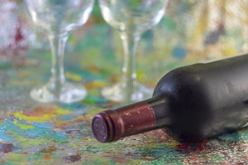 Bouteille de vin froid rouge et de deux verres photographie stock