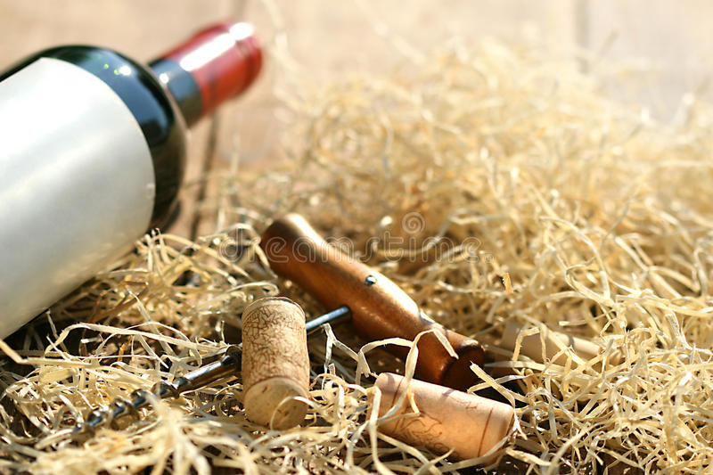 Bouteille de vin rouge avec le tire-bouchon photographie stock libre de droits