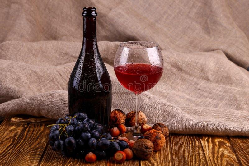 Bouteille de vin rouge et de glace photos libres de droits