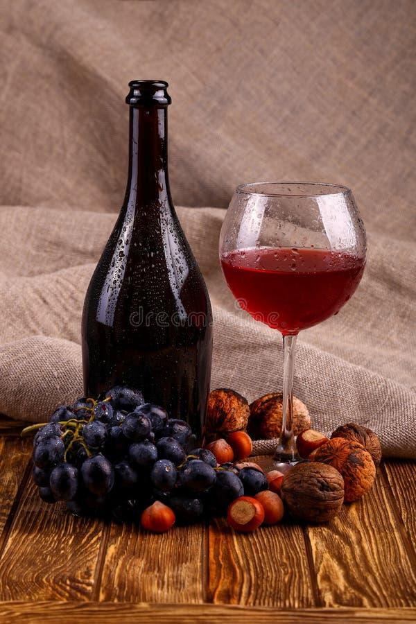 Bouteille de vin rouge et de glace photographie stock