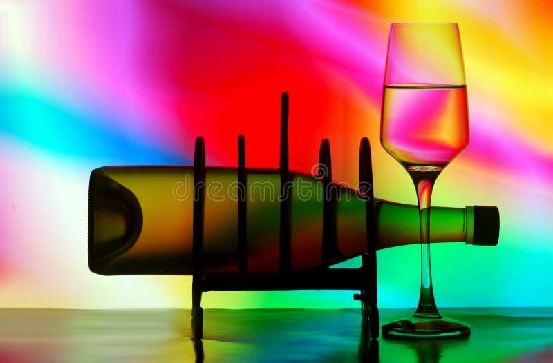 Bouteille de vin sur l'armoire photos libres de droits