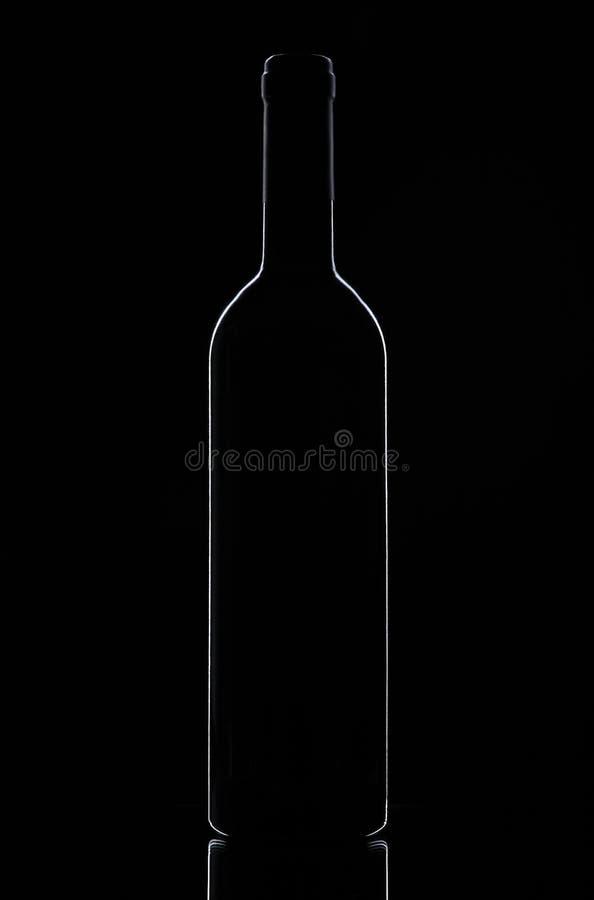 Bouteille de vin sur un fond noir photographie stock libre de droits