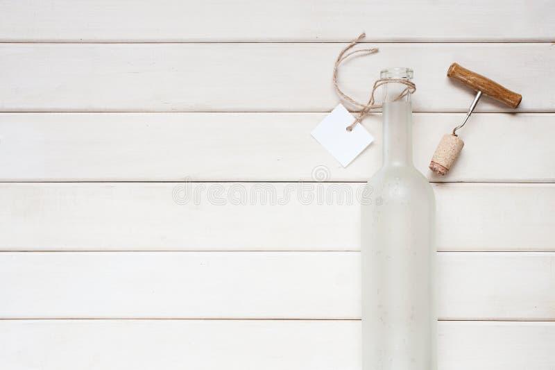 Bouteille de vin vide avec le label photographie stock libre de droits