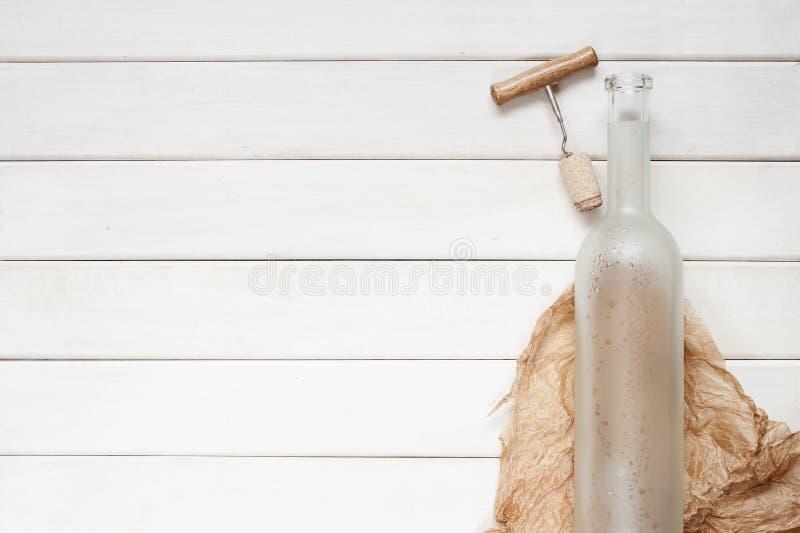 Bouteille de vin vide sur le fond en bois image stock