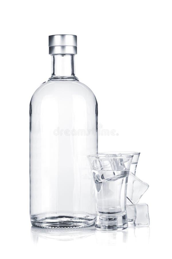 Bouteille de vodka et de glaces de projectile avec de la glace photographie stock