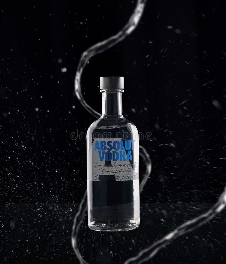 Bouteille de vodka sur le noir image stock