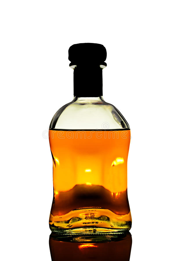 Bouteille de whiskey dans le blanc image libre de droits