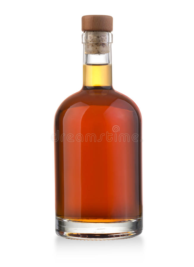Bouteille de whiskey sur le blanc images stock