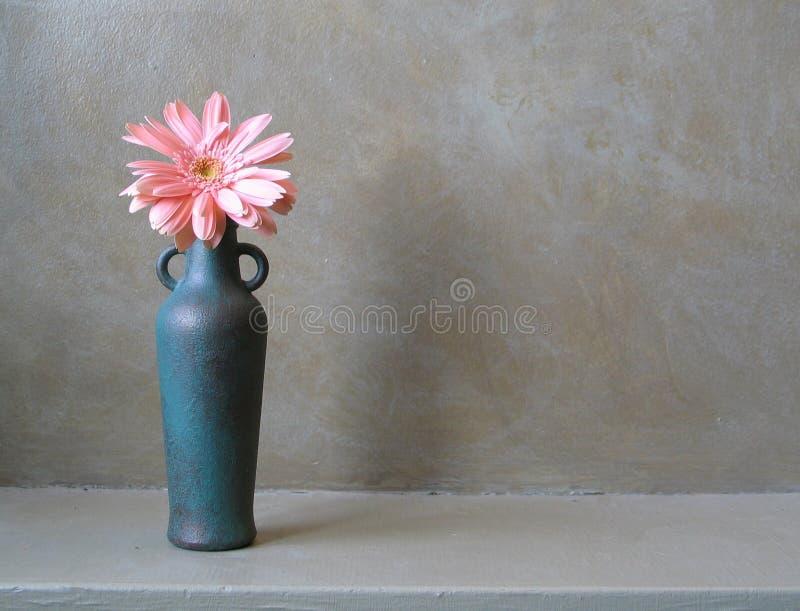 Bouteille en bronze avec la fleur images stock