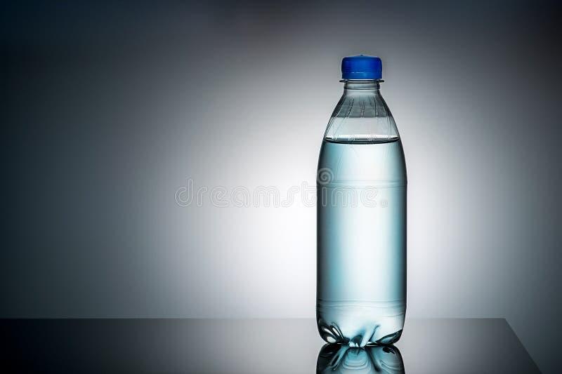 Bouteille en plastique avec de l'eau photos libres de droits