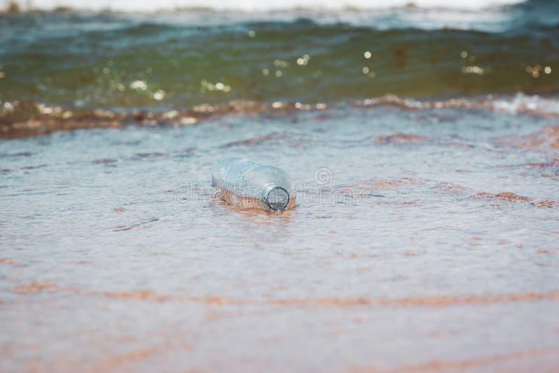 Bouteille en plastique dans l'eau d'océan, salissant l'image de concept de mer image libre de droits