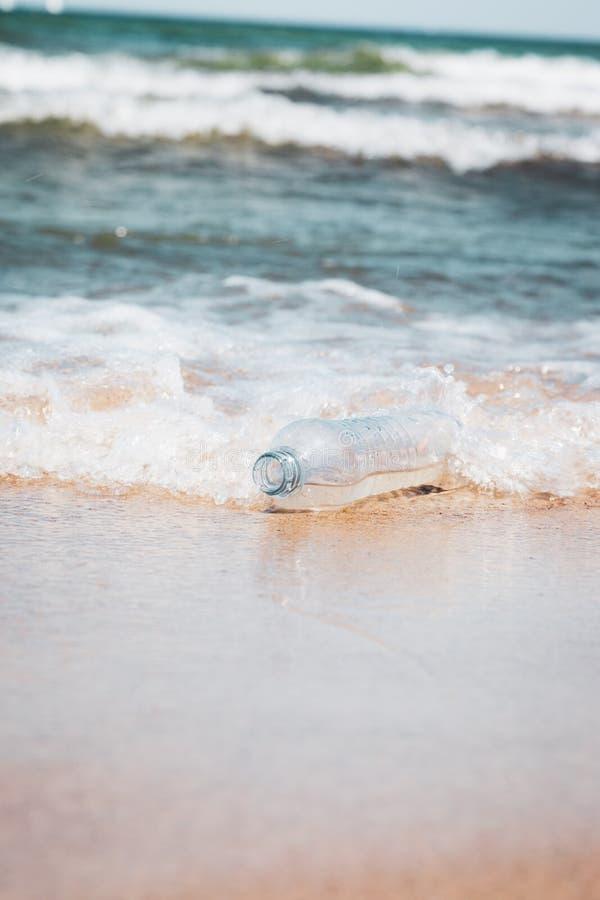 Bouteille en plastique dans l'eau d'océan, salissant l'image de concept de mer images libres de droits