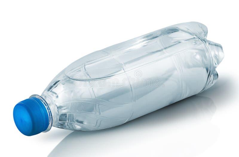 Bouteille en plastique fermée avec des mensonges de l'eau photos libres de droits