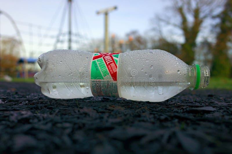 Bouteille en plastique jetée d'Abbey Well Spring Water photos libres de droits