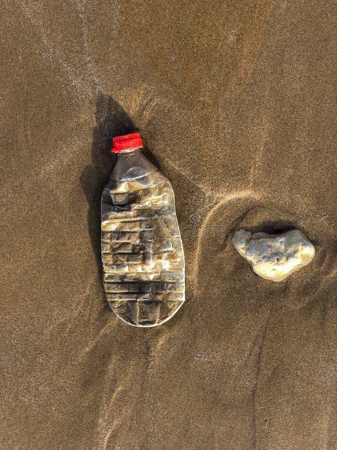 Bouteille en plastique lavée sur la plage de sable de l'Océan Atlantique, Agadir, Maroc photographie stock