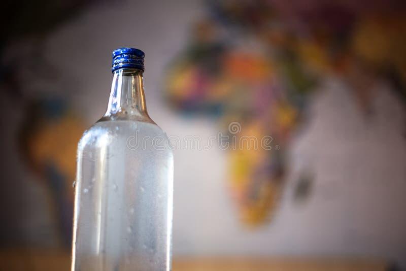 Bouteille en verre avec de l'eau sur la table image libre de droits