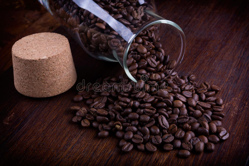 Bouteille en verre complètement de grains de café photos libres de droits