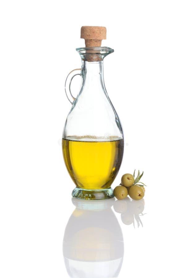 Bouteille en verre d'huile d'olive avec les olives vertes fraîches images libres de droits