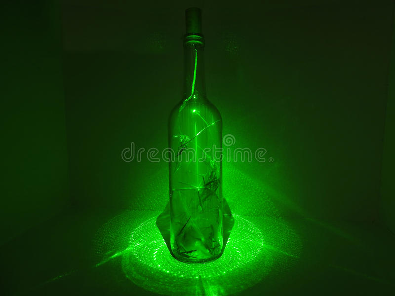 Bouteille en verre dans l'abstraction de laser photo stock