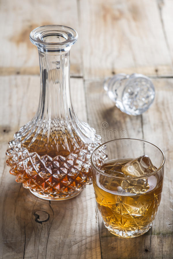 bouteille en verre de luxe clair comme de l 39 eau de roche avec la boisson alcoolis e image stock. Black Bedroom Furniture Sets. Home Design Ideas