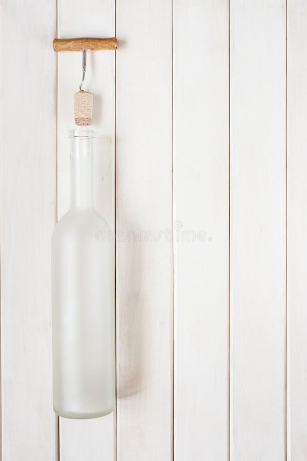 Bouteille en verre mate vide sur la table blanche images libres de droits
