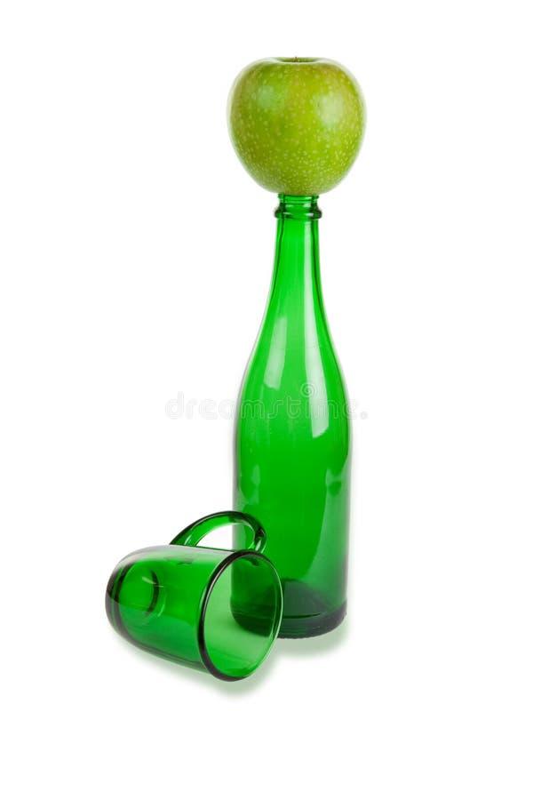 Bouteille et cuvette en verre, et pomme verte image libre de droits