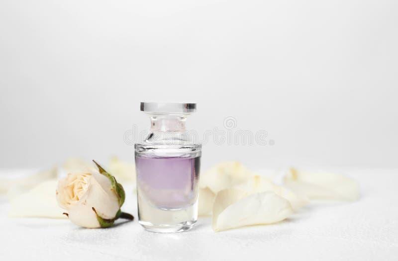 Bouteille et fleur de parfum sur la table image stock