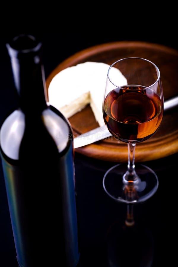 Bouteille et fromage de vin photo stock