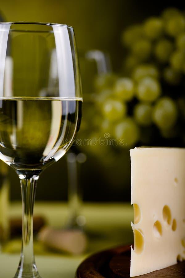 Bouteille et fromage de vin photos stock