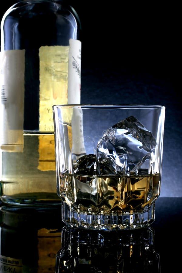 Bouteille et glace de whiskey photo stock