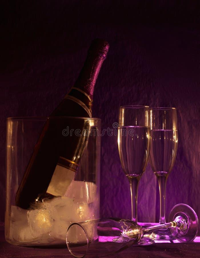 Bouteille et glaces de Champagne photographie stock libre de droits