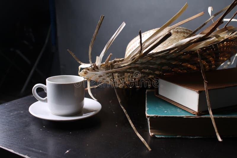 Bouteille et le livre sur la table photographie stock libre de droits