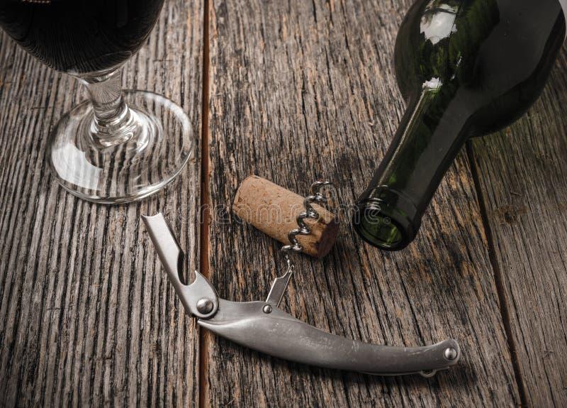 Bouteille et liège de vin verts avec le vin rouge photo libre de droits