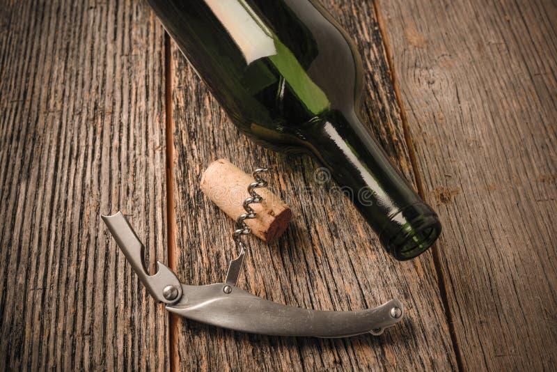 Bouteille et liège de vin verts avec le vin rouge photos libres de droits