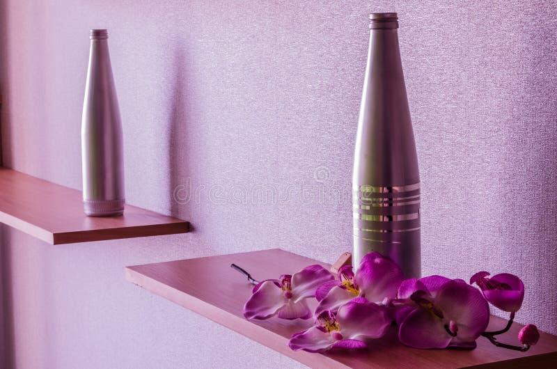 Bouteille et orchidée photos libres de droits