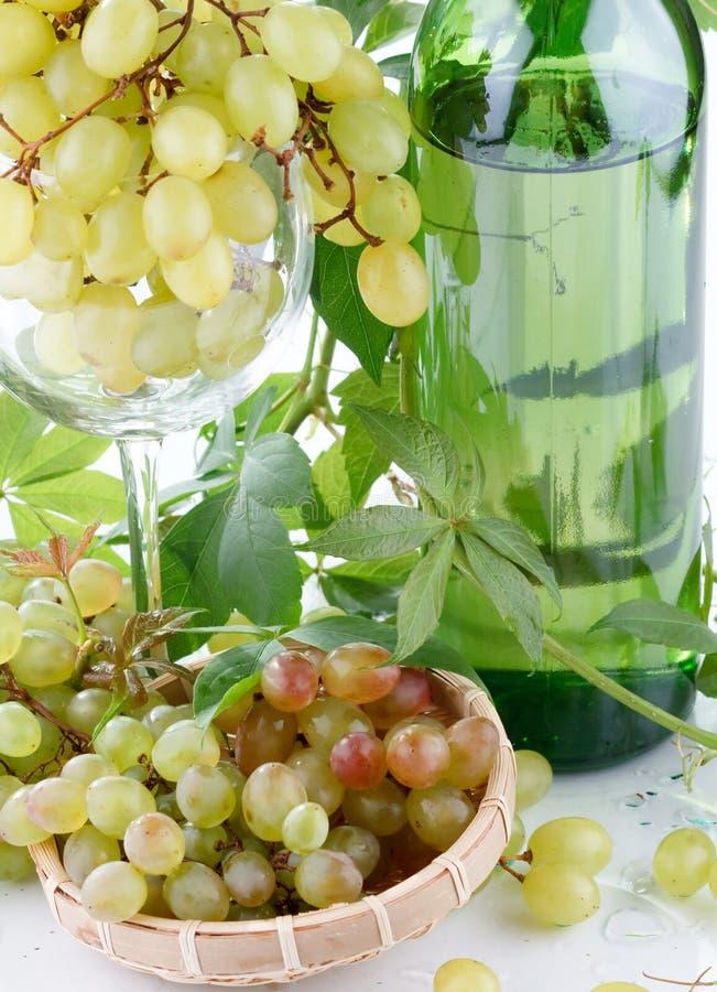 Bouteille et raisin de vin images stock