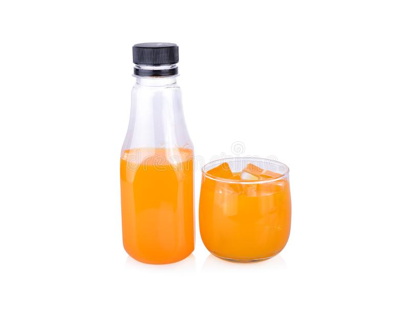 Bouteille et verre de jus d'orange sur le fond blanc photo libre de droits