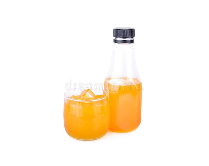 Bouteille et verre de jus d'orange sur le fond blanc photo stock