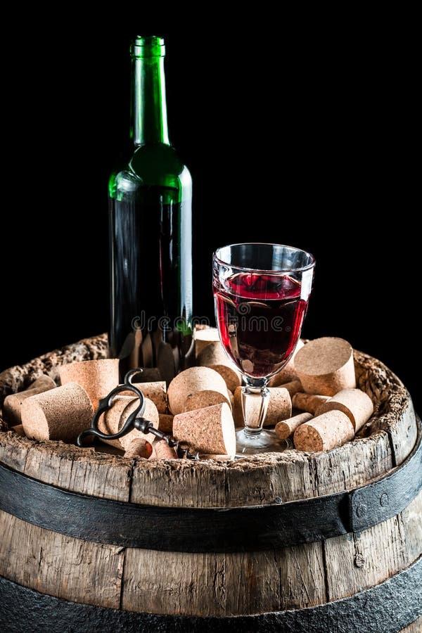 Bouteille et verre de vin rouge sur le vieux baril avec le bouchon photos libres de droits