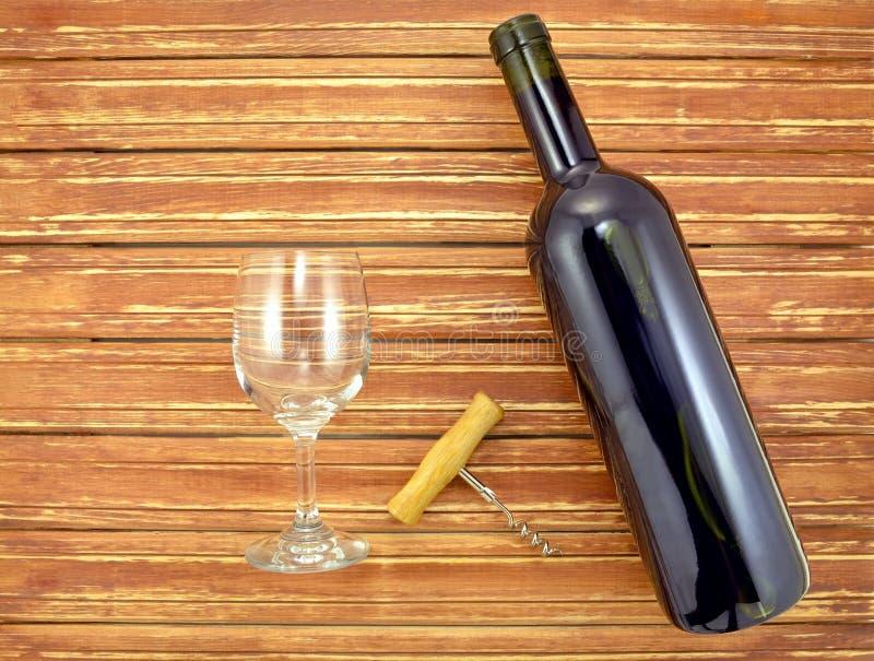 Bouteille et verre de vin sur les lamelles en bois de fond photo stock