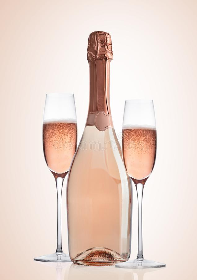 Bouteille et verres de champagne de rose de rose sur le rose image libre de droits