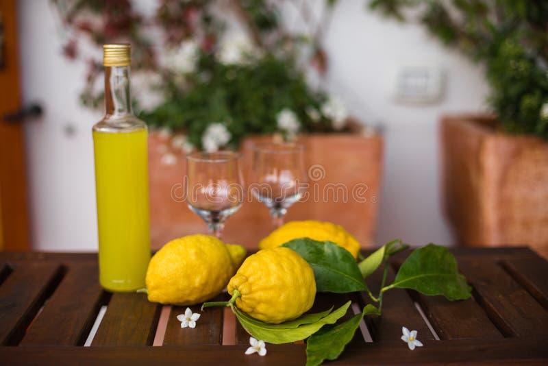 Bouteille et verres de limonade fraîche sur la table images libres de droits